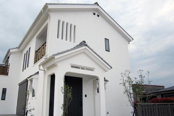 白いぬり壁の家