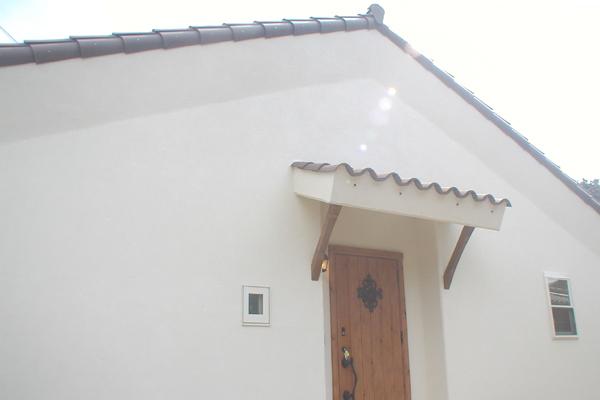 塗り壁と洋瓦の平屋