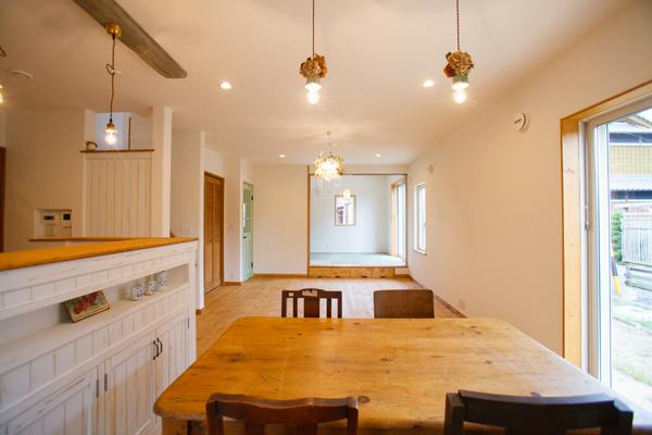 白いカフェキッチンのあるお家